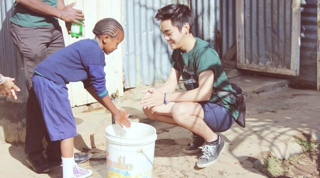 日本人高校生ボランティアがケニアの子供たちに手洗い指導